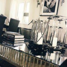 "Nydelig med ""sienna"" salongbord fra @classicliving hos #Repost @cathrine92_  God lørdag kveld  #siennasalongbord #siennacollection #livingroom #coffeetable #glaminterior1 #glam #glammøbler #rustfrittstål #salongbord #interiorinspiration #Stuemøbel #vakrehjem #interior #furniture #home #design #interior125 #interior444 #interiør123 #interior4all #hem_inspiration #husoghjem #stue"