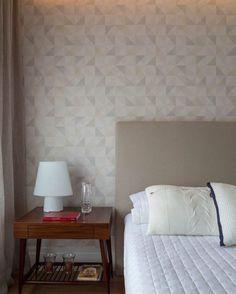 """""""Dia chuvoso em São Paulo, vontade de ficar em casa. Quarto com móveis da Casapronta, luminária Lumini, almofadas Empório Beraldin e papel de parede…"""" #raparquitetura"""