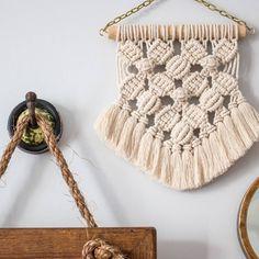 35 отметок «Нравится», 2 комментариев — Works of Heart by Jenna (@worksofheartbyjenna) в Instagram: «Flower mesh mini wall hanging with fringe! #flowermesh #macrame #macramewallhanging #handmade…»