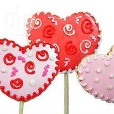 Herz Lollis für den Valentinstag - Man kann die Keks Lollis mit weißer oder Milchschokoladenkuvertüre überziehen und danach nach Lust und Laune verzieren.@ de.allrecipes.com