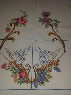 Toalha de Mesa, SEM BICO DE CROCHÊ confeccionado em etamine e linha anchor. - A toalha pode ser confeccionada no tamanho que desejar -