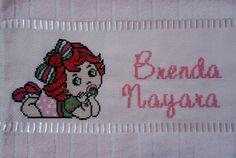 Toalha de lavabo bordada em ponto cruz para a pequena Brenda Nayara
