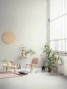 De planten vallen op in het lichte interieur. Links zie je Muuto Around Coffee salontafel met daarnaast de Menu Yeh Wall Tall bijzettafel en de gestoffeerde Muuto Visu loungestoel.