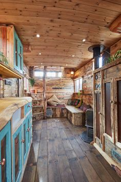 This Old Horse Trailer Was Converted into a Cozy and Rustic Tiny House Dieser alte Pferdeanhänger wu Bus Living, Tiny House Living, Living Room, Tiny House Plans, Tiny House On Wheels, Tiny House Trailer, Casas Trailer, Casas Containers, Trailer Remodel