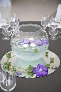 centro de mesa con flores y velas flotantes