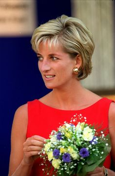Learn the makeup and hair products and tips Meghan Markle, Kate Middleton, Princess Eugenie, and Queen Elizabeth II use to always look picture-perfect as members of the royal family. Beauty Advice, Beauty Hacks, Diana Haircut, Vogue Photoshoot, Diana Fashion, Women's Fashion, Lady Diana Spencer, Short Bob Hairstyles, Short Haircut
