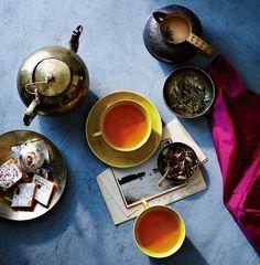 Antes que el acero, que el petróleo, antes que los coches, las armas o la Coca-Cola. Antes que todo eso existía el té, una de las primeras materias primas globales de la civilización, así como una de las más duraderas y apreciadas. La idea de beber té se le atribuye (como tantas otras cosas buenas de la vida) a los chinos, quienes aseguran haber descubierto efectos curativos y relajantes de poner sus hojas en remojo en agua caliente allá por el año 2737 a.C.