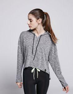 Sportpullover Schnitt mit Reißverschluss. Entdecken Sie diese und viele andere Kleidungsstücke in Bershka unter neue Produkte jede Woche
