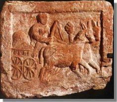 Stèle en grès rose, trouvée à Strasbourg et datant de la fin du 1er siècle après J.-C., représente un soldat romain conduisant un chariot à quatre roues, rempli de ballots et tiré par deux mules. L'épée au côté, il tient les rênes de la main gauche et un fouet de la main droite. Un arbre est visible à l'arrière plan - Site du Musée Archéologique de Strasbourg