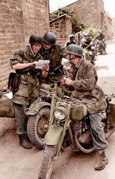 Fallschirmjägers referring to a map, with a BMW (WL 398796) and a DZW NZ 350 motorcycle in Normandy in early 1944.