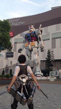 Attack on Titan v Gundam Arte Gundam, Gundam Art, Gundam Wing, Snk Cosplay, Cosplay Costumes, Reaction Pictures, Funny Pictures, Image Meme, Tokyo