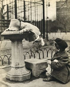 Two children at a water fountain. New York City, PHOTO: Berenice Abbott Vintage Photographs, Vintage Photos, Berenice Abbott, Pics Art, Gravure, The Good Old Days, Pablo Picasso, Vintage Children, Black And White Photography