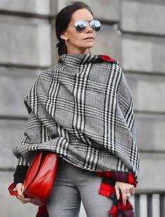 Manta reversible en Principe de Gales y cuadros tartam con bolso rojo