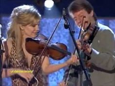 Alison Krauss and Union Station - Sawing on the Strings [Live] - YouTube