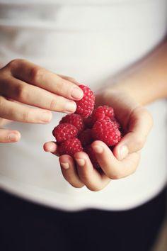 Himbeeren fotografiert pink weiß & schwarz mit Händen Landliebe Stil *** raspberry photography pink white & black with hands