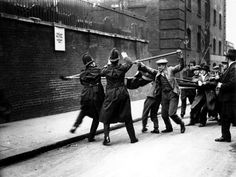 Tower Hill, London - Communists armed with batons, fight police during a demonstration against unemployment. Old London, East London, Tower Hill London, London Police, Rare Historical Photos, Trafalgar Square, Second World, Women Life, Popular Culture