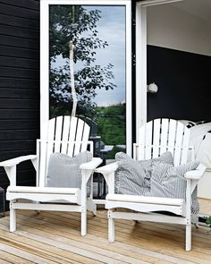 Take a look inside the cosy summerhouse through the link. Outdoor Chairs, Outdoor Furniture, Outdoor Decor, Porch Swing, Cosy, Relax, Cottage, Exterior, Design