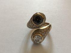 Gouden ring met diamanten voor 4.01 ct  18 kt gouden contrarie ring met diamanten met ronde en brilliant cut diamonds in totaal 4.01 ct.De eerste is kleurloos 1.1 ct ronde faceted knippen duidelijkheid I2.De tweede is fancy brown 163 ct ronde faceted knippen duidelijkheid I2.Er zijn ook 64 ronde gefacetteerde diamanten duidelijkheid VVS-VS voor een totaal van 1.1 ct (ongeveer) het verfraaien van de instelling.Gewicht: 9.82 g.Grootte: 12.Cisgem certificaat no. 7493 gedateerd…