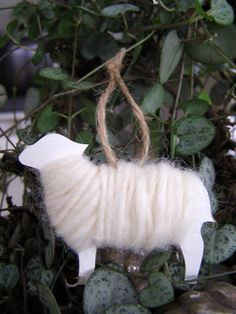 Draw a sheep template on thick card & wind wool round. Thread some string through to hang Christmas Time, Christmas Crafts, Christmas Ornaments, Christmas Decorations, Diy For Kids, Crafts For Kids, Sheep Crafts, Easter Lamb, Reindeer Craft