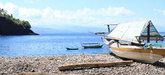 Flores is gezegend met vele prachtige stranden, waarvan het grootste gedeelte nog onontdekt is. Dit is mijn favoriete strand, gelegen aan de zuidkust. Het is een fijn wit strand met een rustige zee en de enige mensen die je er vindt zijn nieuwsgierige kinderen uit het nabijgelegen visserdorpje. Voor de kust ligt het wrak van een Japans oorlogsschip, want de Japanners hebben deze rustige baai gebruikt als landingplek in de Tweede Wereldoorlog.
