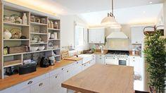 forma cocina diseno L color champana ideas Küchen Design, Retro Design, Chaise Bar, Corner Desk, Kitchen Decor, Kitchen Cabinets, Table, Furniture, Home Decor