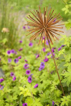 Scott Weber's Garden ~ Rusty Metal Allium Sculpture with Geranium 'Ann Folkard' in background - Spring 2011 Rusty Garden, Garden Soil, Gardening, Allium Flowers, Flower Pots, Top Flowers, Flowers Garden, Garden Crafts, Garden Art