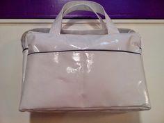 b e b e t e c a: BOLSO MATERNAL.bebetecavigo. Elegante bolso plastificado en blanco con vivo gris.bebetecavigo.