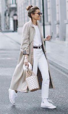 Le trench coat c'est la veste d'inter-saison par excellence et le basique incontournable de nos garde-robes. Autrefois réservé aux tenues très classiques, il s'émancipe et s'intègre dans tes tenues casual et tes looks rock.#tenuefemme40ans #blogmodefemme40ans #tenuestylée #élégante #trenchcoat #trenchcoatburberry #converse #jeanblanc #tshirtlooseblanc