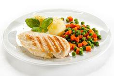 Reduza as porções alimentares - Um dos passos mais importantes na perda de peso (e na manutenção) começa na cozinha. Possivelmente, a maneira mais fácil é reduzir significativam...