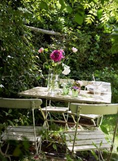 Google Image Result for http://www.narratives.co.uk/ImageThumbs/BD021_57/3/BD021_57_Painted_table_and_chairs_in_English_country_garden.jpg