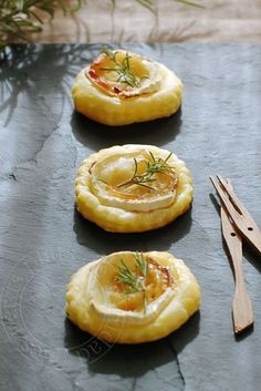 Goat cheese, honey and rosemary tartlets, for aperitif Fingers Food, Fingerfood Party, Vegetarian Recipes, Cooking Recipes, No Salt Recipes, Snacks, Appetisers, Antipasto, Appetizer Recipes