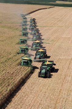 Conga line of 9 John Deere Harvesters, 8 tractors and overloaders tearing into a wheat field. Big Tractors, John Deere Tractors, John Deere Equipment, Heavy Equipment, Country Farm, Country Life, John Deere Combine, Combine Harvester, Agriculture Biologique