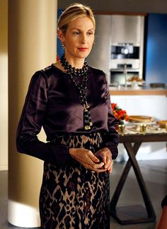 In Season 3 Lily van der Woodsen (Kelly Rutherford) accessorized her silk top and leopard print skirt with a tassel necklace and teardrop earrings.