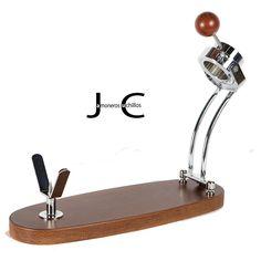 SOPORTE JAMONERO PLEGABLE Modelo Jabugo Plegable Haya lacado nogal. Herrajes de acero con el acabado de la superficie en cromo brillo y pinchos de acero inoxidable. Sistema giratorio,  puede girar el jamón sin necesidad de soltar la pata del jamón, corte horizontal fácil y cómodo. Una vez plegado se puede guardar en su envase original. Una vez plegado se puede guardar en su envase original.