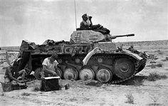 Ein deutscher Panzer (pzkpfw II) in Beobachtungsposition in östlichen Cyrenaika.Zwei Mann der Besatzung beim Waschen und BügelnMai 1941 - pin by Paolo Marzioli