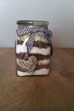 Brownies 2/3 theelepel zout,150 gram bloem,40 gram cacaopoeder,135 gram bruine basterdsuiker, 135 gram witte basterdsuiker,60 gram pure chocoladestukjes,60 gram witte  Voeg zelf toe: 1 theelepel vanille-extract 150 ml zonnebloemolie 3 eieren Leeg de pot+andere ingredienten en mix het goed door elkaar. Bakblik invetten met boter en bestuif het met bloem. Vul het bakblik met het browniebeslag en bak de brownies in een voorverwarmde oven van 175 graden in ongeveer 20 tot 25 minuten gaar.