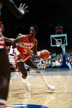 Dan Roundfield #33 of the Atlanta Hawks drives to the basket during the 1984 NBA game against the New Jersey Nets at the Brendan Byrne Arena in East Rutherford, New Jersey.