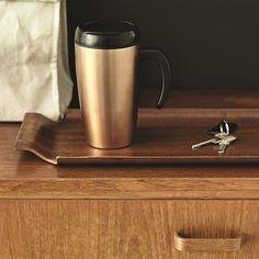 Una taza de viaje de diseño depurado