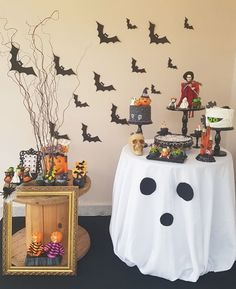 Halloween decoration: tutorials and 110 ideas for you to .- Decoração de Halloween: tutoriais e 110 ideias para você se inspirar Halloween decoration: tutorials and 110 ideas to inspire you - Moldes Halloween, Casa Halloween, Manualidades Halloween, Halloween Mantel, Easy Halloween Decorations, Halloween Ornaments, Halloween Home Decor, Halloween Birthday, Halloween 2019