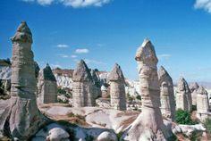 """La """"Valle dell'Amore"""" (Love Valley) si trova presso Goreme (Turchia) ed è famosa per le sue bizzarre formazioni rocciose naturali (denominate """"camini delle fate"""") modellate dalla pioggia e dal vento. Queste rocce, come possiamo vedere, hanno una forma nettamente fallica!  #sextoysnellarte #arte #sextoys #vibratori"""