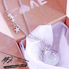 Ce sautoir est composé d'une fiole globe en verre remplie de microbille effet bulle et de morceau de cristaux, de deux breloques à choisir et de plusieurs perles. Longueur du collier : 60 cm. Le bijou vous sera envoyé bien protégé dans une boîte cadeau. J'ai crée ce bijou au départ en pensant à un joli cadeau à offrir à une jeune maman qui se sent dans sa bulle quand elle vient d'avoir son bébé, dans sa bulle de bonheur! Mais tout le monde peut le porter!! LIVRAISON GRATUITE