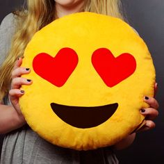 Cuando las palabras no son suficientes... ¡el Almohadón Emoji lo dice con una sonrisa! Regalá un emoticón con forma de almohadoncito abrazable. ¿Y lo mejor de todo? No sólo es suave, además nunca se queda sin batería.