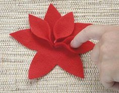 Make some beautiful Christmas Eve with Felt Handmade Christmas Decorations, Felt Christmas Ornaments, Noel Christmas, Felt Flowers, Diy Flowers, Fabric Flowers, Felt Crafts, Diy And Crafts, Christmas Crafts