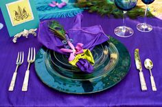 wedding plans: Purple and Turquoise colored table setting for wedding reception