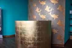 zum Beispiel... Gold Neben vielen weiteren Farben gehöhrt Gold zu einer unserer beliebtesten Farben. Wände, Säulen und Theken werden von uns in den verschiedensten Goldtönen bemalt. So wie auf diesem Foto, aus einem Massage Salon in München. Weitere Beispiele finden Sie auf unserer Webseite Wall Colors, Vase, Massage, Home Decor, Atelier, Paint Techniques, Mural Painting, Paint, Wall Design