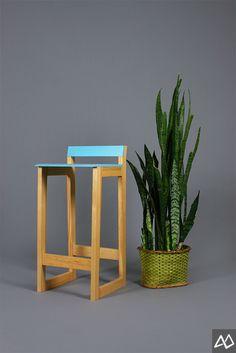 Banco alto Sorte 35 x 37 x 77 cm. Cuerpo de madera de pino, asiento y respaldo de laca azul.