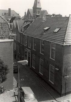 De Zuiderstraat met het voormalig Evangelisch Luthers Weeshuis. Vanaf het dak van de Raaks Parkeergarage genomen, 9 juni 1979. Op de achtergrond de kerk aan de Gedempte Oude Gracht.