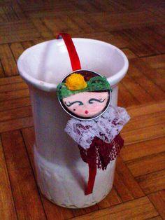 Diadema con cápsula de café,encajes y porcelana fría, pintado a mano