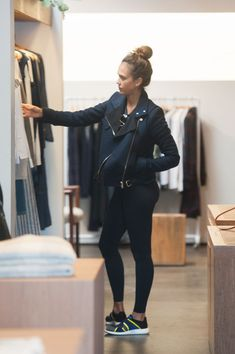 Jessica Alba just wore the perfect workout-ready outfit to run errands in Los Angeles. And if you're addicted to fashion-forward activewear, you're going to want to copy this gym look ASAP.