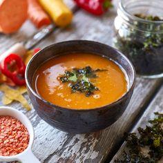 En härlig skål full av näring och läckra smaker av morötter, paprika, vitlök och sötpotatis. Om man vill kan man hoppa över grönkålschipsen och garnera med koriander i stället. Thai Red Curry, Vegetarian Recipes, Good Food, Potatoes, Ethnic Recipes, Sweet, Food, Vegans, Red Peppers